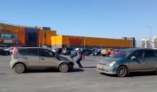 Иркутянка Оксана Кошелева проучила автохама, прокатив его вбагажнике