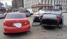 В Иркутске на сквере Кирова автоледи не справилась с управлением  и повредила пять машин (Видео)