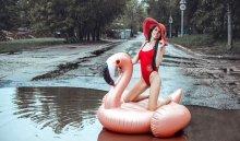 Жительница Саратова вкупальнике устроила фотосессию влуже надороге