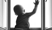 В Иркутске на бульваре Рябикова из окна 4-го этажа выпал грудной ребенок