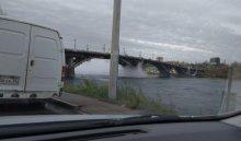 В Иркутске под Глазковским мостом прорвало трубу (Видео)