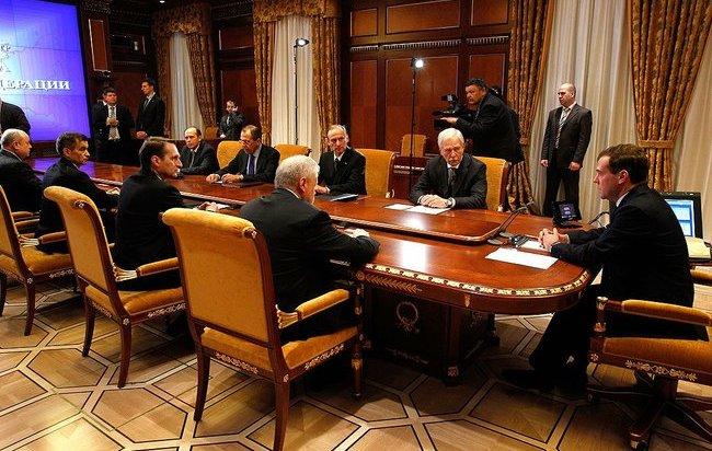 Медведев объяснил причины поездок чиновников на Курил