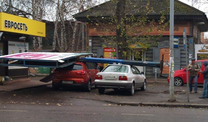 В Иркутске на припаркованные автомобили упал рекламный банне