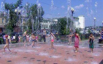 Иркутяне спасаются от жары квасом и купанием