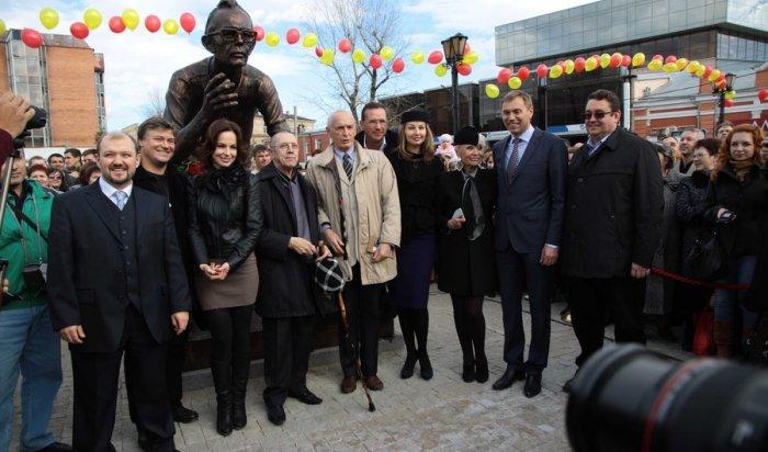 Памятник Леониду Гайдаю и героям его фильма установлен в Иркутске