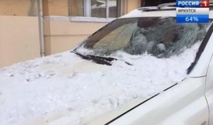 На Mercedes упала ледяная глыба в центре Иркутска