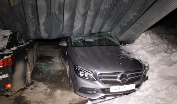 ВИркутске упавшая крыша ангара автостоянки повредила люксовые авто нанесколько миллионов