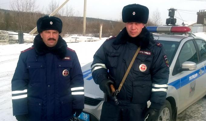 Иркутские сотрудники ГИБДД спасли жизнь полуторагодовалой девочке