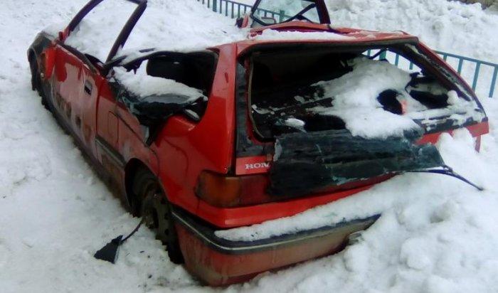 В Иркутске упавший с крыши снег раздавил автомобиль  Honda Civic