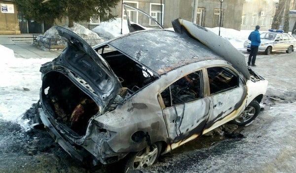 В Иркутске на улице Лермонтова в багажнике сгоревшей машины обнаружен труп мужчины