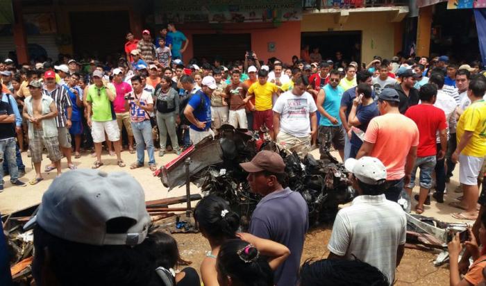 В Боливии легкомоторный самолет упал на городской рынок