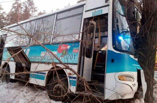 В Ангарске автобус № 10 врезался в дерево. Пострадали 5 человек