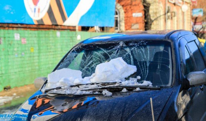 В Иркутске на Чкалова упавшая с крыши снежная глыба разбила автомобиль