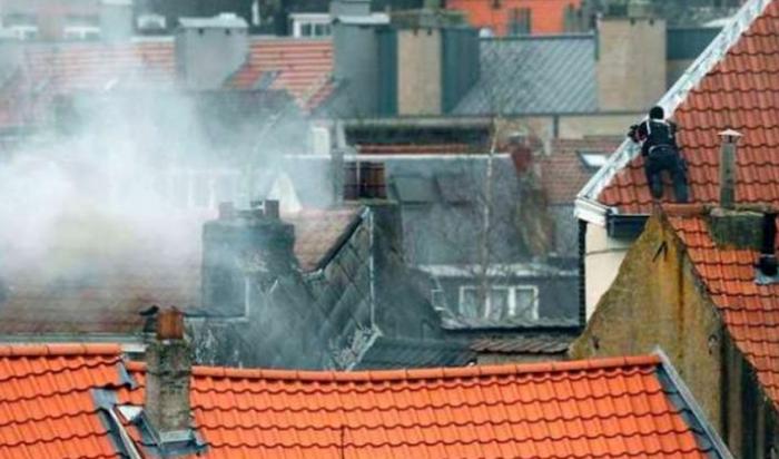 В Брюсселе во время антитеррористического рейда неизвестные открыли огонь по полиции
