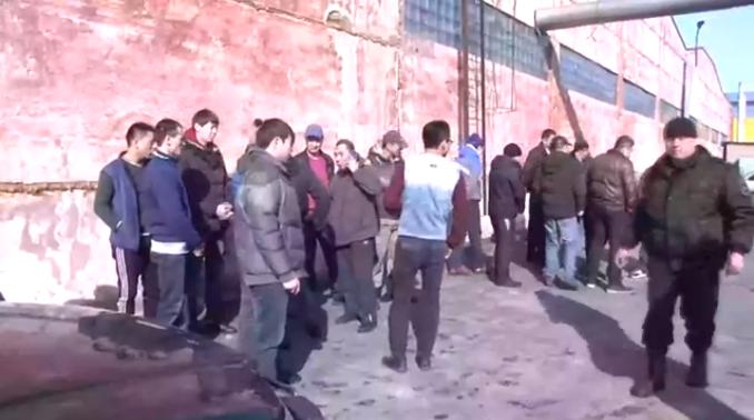 На иркутском рынке полицейские арестовали нелегальных мигрантов (Видео)