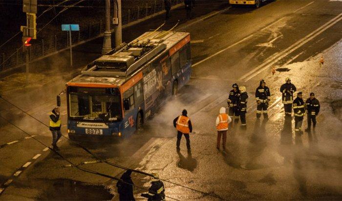 Троллейбус провалился в яму от прорыва теплотрассы у Кремля