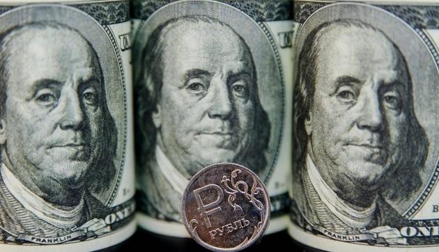Курс доллара упал ниже 68 рублей на фоне дорожающей нефти