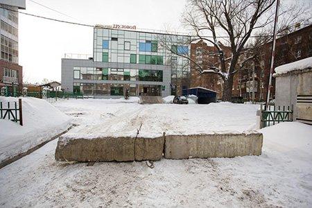 В Иркутске собственника бизнес-центра обязали демонтировать ограждение незаконной парковки