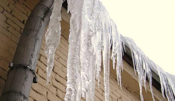 В Ангарске на двухлетнюю девочку упала ледяная глыба