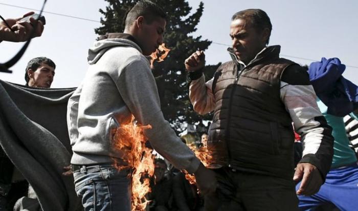 В Греции двое беженцев попытались устроить самосожжение