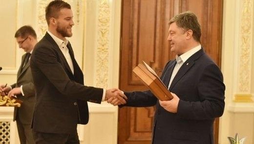 Порошенко наградил футболистов национальной сборной именным оружием