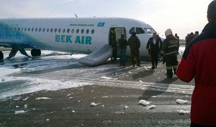 Самолет Fokker-100совершил «посадку набрюхо» ваэропорту Астаны (ВИДЕО)