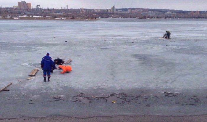 В Иркутске в районе Нижней Лисихи рыбак провалился под лед