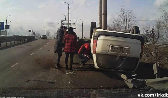 В Иркутске тойота, двигавшаяся на высокой скорости, врезалась в ограждение и перевернулась на крышу (Видео)