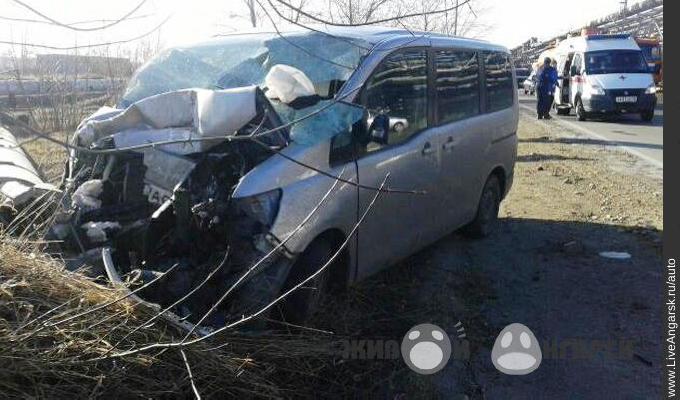 В Ангарске микроавтобус врезался в световую опору. Пострадали три человека