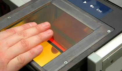 ВЯпонии туристы смогут расплачиваться запокупки спомощью отпечатков пальцев