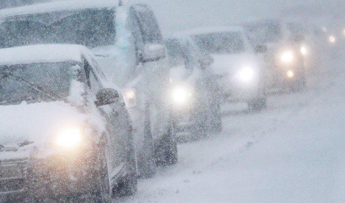 На Култукском тракте из-за снегопада ограничили движение транспорта