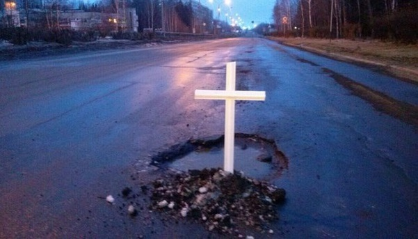 В Усть-Илимске жители установили кресты на дорожных ямах