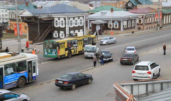 На улице Седова два столкнувшихся автомобиля парализовали движение транспорта