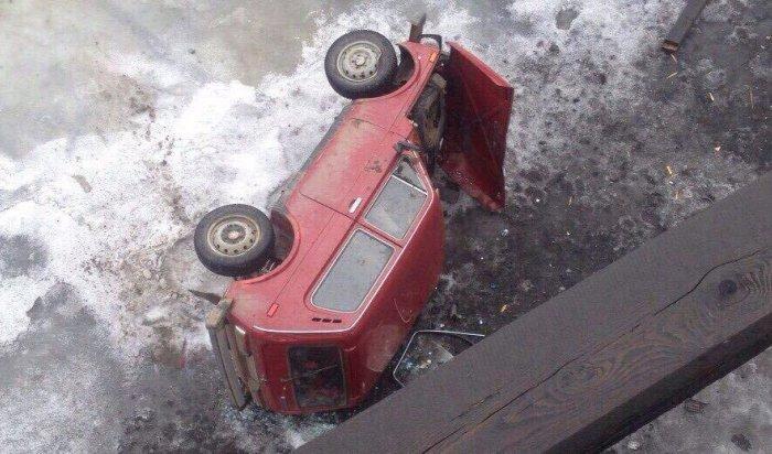 В Усть-Куте автомобиль «Нива» упал с моста на лед реки