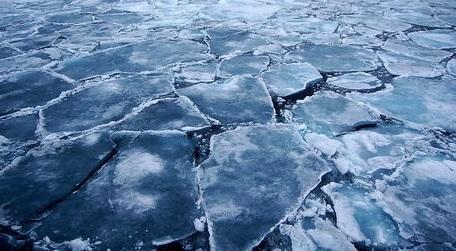 На Байкале из-за штормового ветра оторвало льдину с туристами