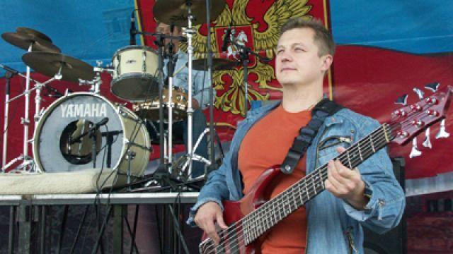 Избитый вПодмосковье бас-гитарист «Любэ» скончался вбольнице