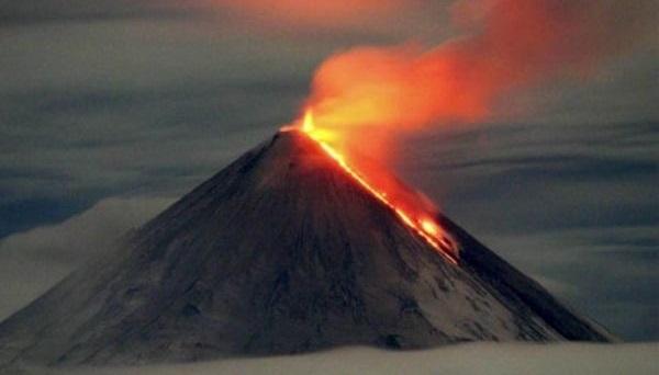 НаКамчатке вулкан Ключевской начал изливать лаву