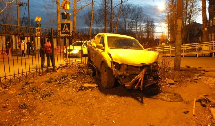 В Иркутске на улице Ленской водитель сбил пешеходные ограждения и скрылся с места ДТП