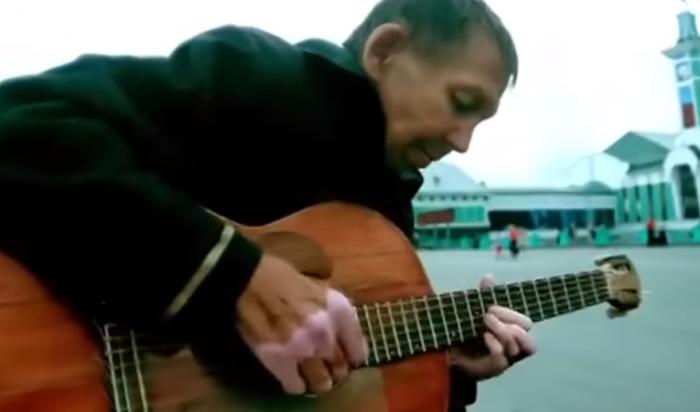 Ролик годовой давности с участием бомжа-гитариста неожиданно стал популярным в Сети