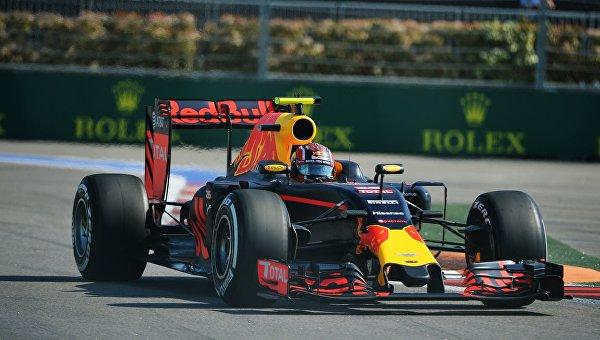 Гонщик «Формулы-1» Даниил Квят получил штраф на Гран-при в Сочи за аварию с Феттелем