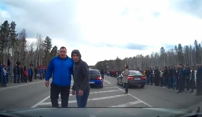 В Иркутском районе дрэг-рейсеры незаконно перекрыли автомобильную трассу для проведения гонок