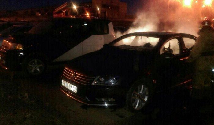В Иркутске на Верхней Набережной сгорел автомобиль Volkswagen Passat