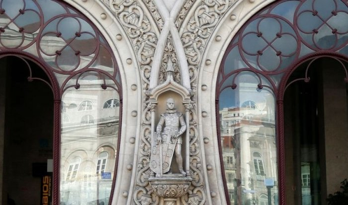 ВПортугалии любитель селфи разбил 126-летнюю статую короля