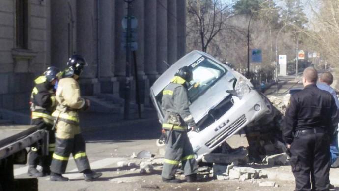 ВАнгарске водитель-пенсионер снес бетонное ограждение