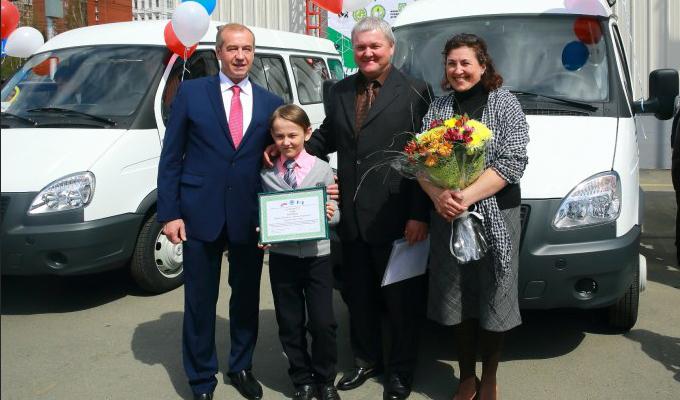 Сергей Левченко вручил ключи от микроавтобусов трем многодетным семьям  Приангарья