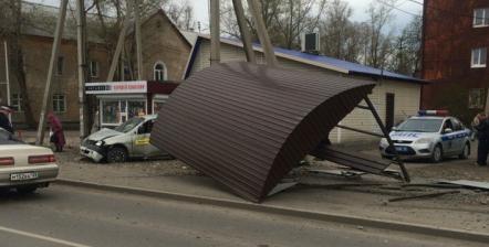 В Иркутске водитель такси  снес остановку и сбил человека
