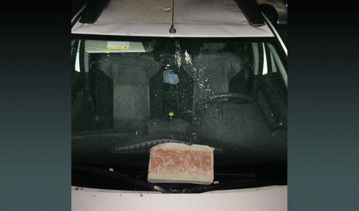 В Иркутске на Маршала Конева хулиганы сбросили кирпич на припаркованный под окнами автомобиль
