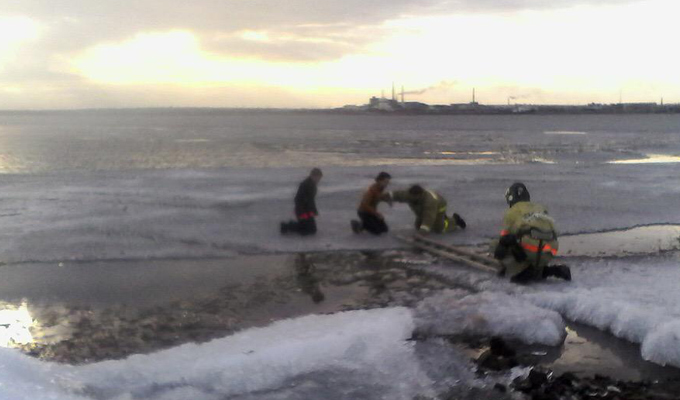На Братском водохранилище с отколовшейся от берега льдины спасены две девочки