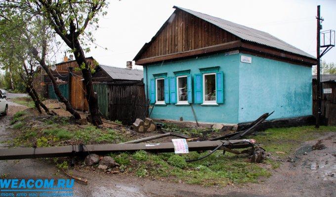 На улице Шевцова водитель автомобиля Mazda врезался в опору ЛЭП и едва не снес дом