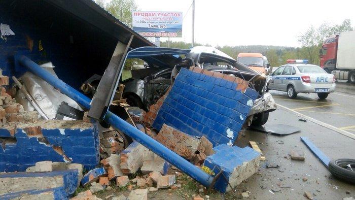 В Иркутском районе автомобиль Toyota Premio  врезался в остановку. Погибли два молодых человека